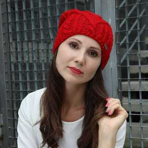 czapka-czerwona-modelka
