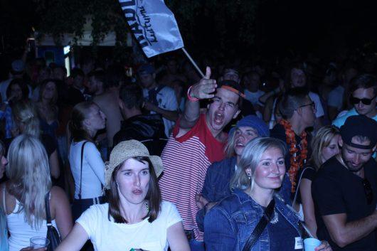 Publikum pod stagí si koncert užívalo.