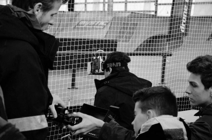 Obraz z dronu je v reálném čase přenášen do speciálních brýlí závodníka.
