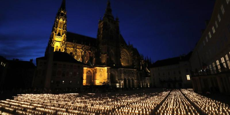 Czechs light nearly 30,000 candles to honor COVID-19 victims - Czech Points