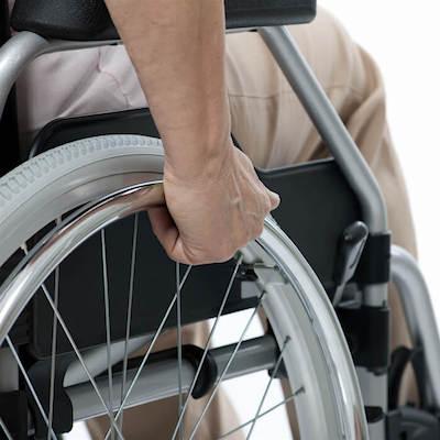 invalid u invalidskim kolicima - istaknuta slika