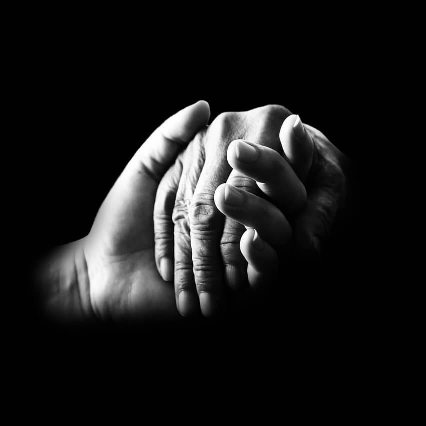ruke - stara i mlada ruka se drže zajedno