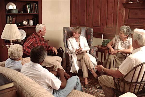 socijalne usluge - socijalni radnik u razgovoru sa starijim osobama