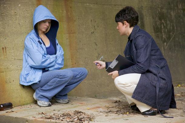 socijalni radnik na terenu u razgovoru sa osobom