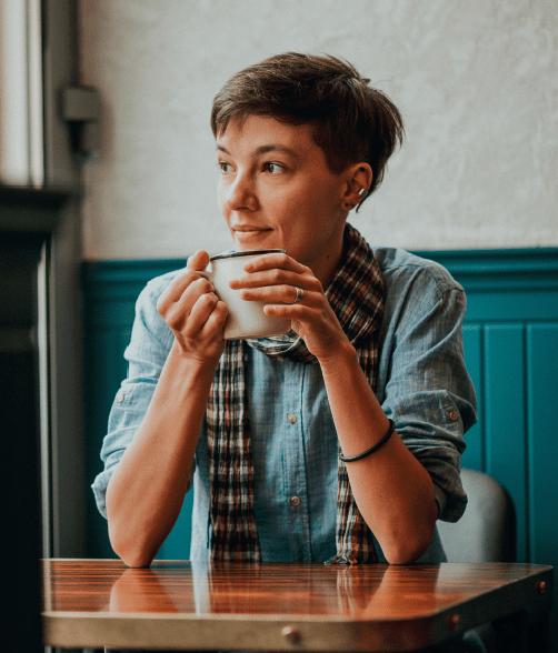 Ika Graboń pijąca kawę.