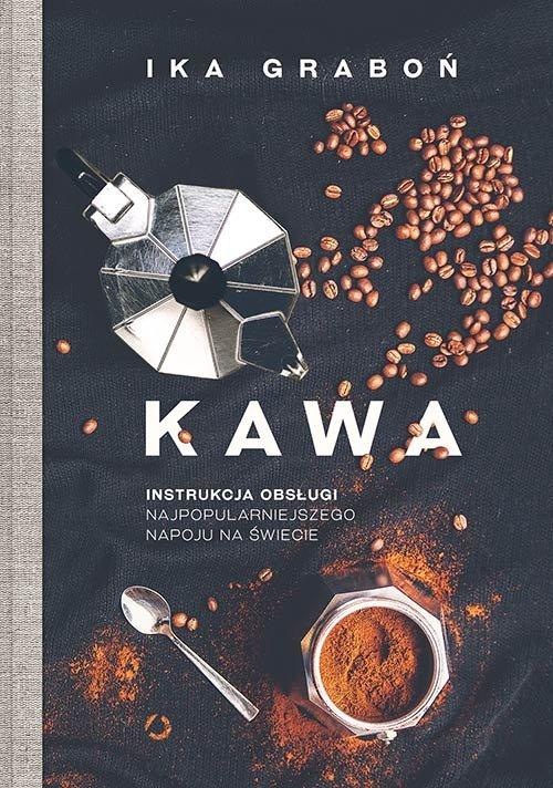 """Okładka książki """"Kawa. Instrukcja obsługi najpopularniejszego napoju na świecie"""". Na okładce na czarnym obrusie rozsypane ziarna kawa, kawiarka, rozsypana mielona kawa, łyżeczka i filiżanka z mieloną suchą, mieloną kawą."""