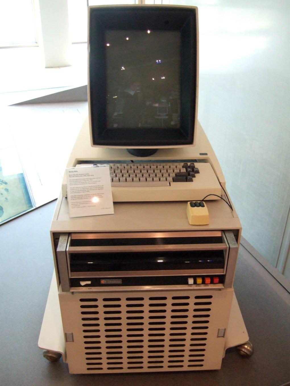 Zdjęcie przedstawiające komputer, którego defekt ekranu przyczynił się do powstania e-papieru