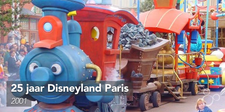 De locomotief van Le Petite Train du Cirque rolt door Main Street USA