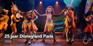 Simba staat al zingend op het podium voor The Legend of the Lion King