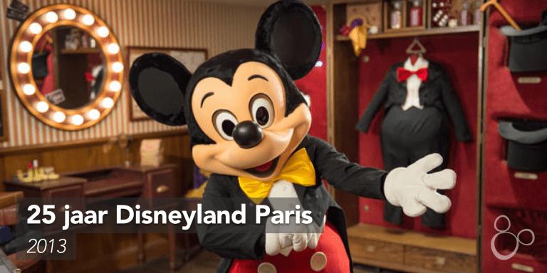 Mickey Mouse staat in zijn kledingkamer om ons met open armen te ontvangen