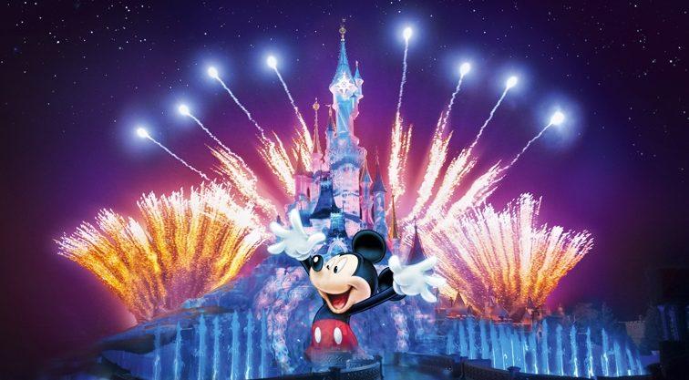 Het kasteel van Doornroosje omringd door vuurwerk met een enorme geprojecteerd Mickey Mouse op de voorkant