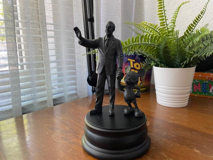 Partner statue van Walt en Mickey, hand in hand