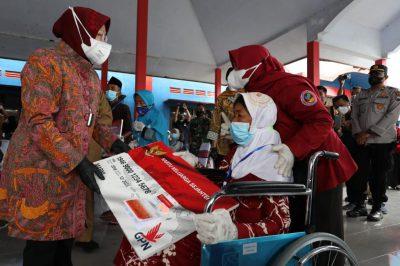 Mensos Risma secara simbolis menyerahkan KKS dan Buku Tabungan kepada 12 orang KPM  di Balai Desa Kanigoro, Kecamatan Pagelaran, Kab. Malang, Jawa Timur