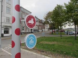 Super flot skiltedesign adført af D-sign Tegnestuen og design tegnestuen som wayfinding til byens rum