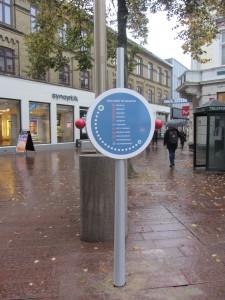 wayfinding og et skilt til værtsskabrollen i byens rum udført af D-sign Tegnestuen og designtegnestuen