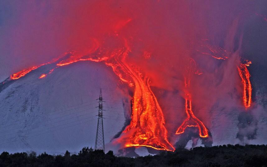 Italy Mount Etnas Spectacular Nighttime Eruption VIDEO  SLIDESHOW