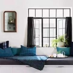 Silver Kitchen Aid Antique Metal Cabinet 住进33 老公寓她把厨房变成了卧室 4 14没有了沙发 就在靠窗的地方放上定制的榻榻米 储物与收纳兼备 深蓝色的枕头与黑色窗帘箱搭配 就连枕头上面的图案也特地选择了和窗户形状对应的格子图案