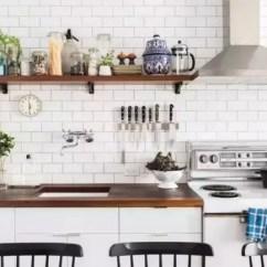Silver Kitchen Aid Cabinet Refinishing Kit 住进33 老公寓她把厨房变成了卧室 因为厨房处在客厅空间之中 呈开放式 所以为了避免看起来拥挤 墙面没有安装大面积橱柜 而是用棕色木质隔板来搁放物品