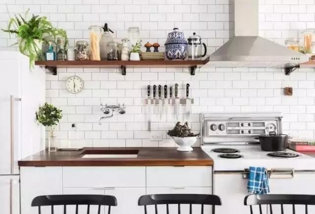 copper kitchen aid mid century chairs 住进33 老公寓她把厨房变成了卧室 因为厨房处在客厅空间之中 呈开放式 所以为了避免看起来拥挤 墙面没有安装大面积橱柜 而是用棕色木质隔板来搁放物品