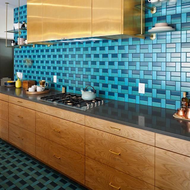 kitchen aid colors sink light fixtures 减肥总失败可能和你的厨房颜色有关 3 18 这一厨房装修出自2015年被sunset网站评为 理想住宅 的一栋房子 从墙面延伸到厨房地板的蓝绿色磁砖铺面 打破壁橱沉闷的色调