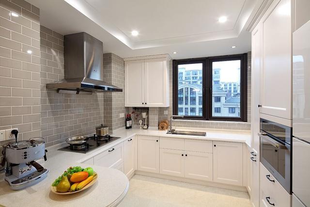 big kitchen sinks oil dispenser 厨房的水槽装在这位置才正确 但是不管是大厨房还是小厨房 水槽 的深度应该设计在20cm左右 方便洗涤 又防止了水花外溅 距离墙面应该有40cm的侧面距离 这样有空间放置需要刷洗的餐具厨具