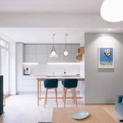 Kitchen Console Island Hood 只有工作3 5年的职场人 才会懂得这种装修风格的好 在一个开放的客厅里 我们发现一个简单的布局 一个整洁的沙发面对一个带电视的壁挂式娱乐控制台 右边是一个极简主义的白色厨房