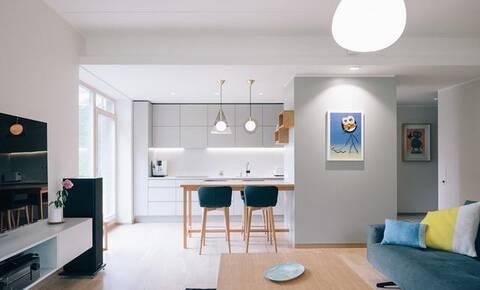 kitchen console table rv 只有工作3 5年的职场人 才会懂得这种装修风格的好 在一个开放的客厅里 我们发现一个简单的布局 一个整洁的沙发面对一个带电视的壁挂式娱乐控制台 右边是一个极简主义的白色厨房