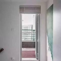 Kitchen Aid Wall Oven Bins 150 大改造成复式房 一家三口一猫一狗 网友 家里有矿 通往二楼的楼梯上有一个细节 就是保留了原厨房的烟道位置 所以现在看到的楼梯有一块突起 但用统一的白色墙漆和踢脚线淡化了它的存在感