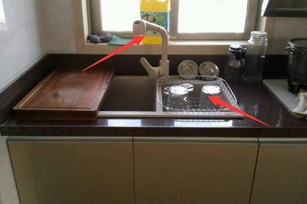 27 kitchen sink modern chairs 集收纳 置物 储存为一体的水槽工具 让厨房空间多出一倍 水槽里面本来是用来清洗东西的 可是不用的时候 我们可以在上面放置物架搁东西 毕竟空间还是很大的 而且它的水龙头上面可以挂挂袋 用来存放一些小东西