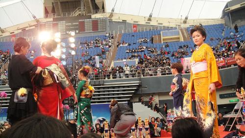 來自日本的和服師傅現場變化穿戴和服表演