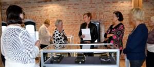 Ennen kokousta raahelainen korutaiteilija Päivi Harjuhaahto esitteli Kalevala Korulle suunnittelemiaan hopeakoruja.