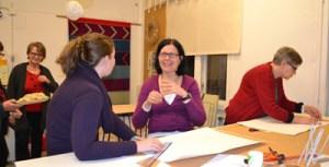 Myös vieraanamme ollut Rotary-vaihto-oppilas Dawnya ja Minna askartelivat yhteistyössä tähteä. Helena ehätti saada tähtensä lähes valmiiksi.