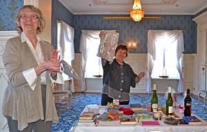 Kokouksen päätteeksi pidettiin perinteiset arpajaiset, joissa lähes jokainen arpa voittaa. Ja perinteiseen tapaan Oulun klubin presidentti Riitta Jouppila voitti koko lähisuvulleen - Riitta panostaa arpojen ostoon. Hieno tuotto meni Oulun piirin hyväksi.