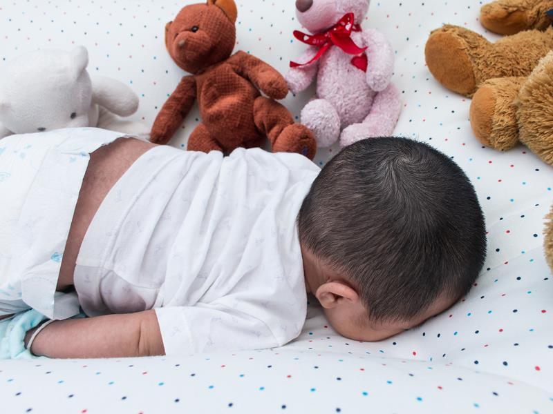 醫師狠勸1歲內寶寶勿趴睡,急診一兩個月就出現一個,用趴睡枕,床裝感應器照樣出事!預防嬰兒猝死必做19 ...