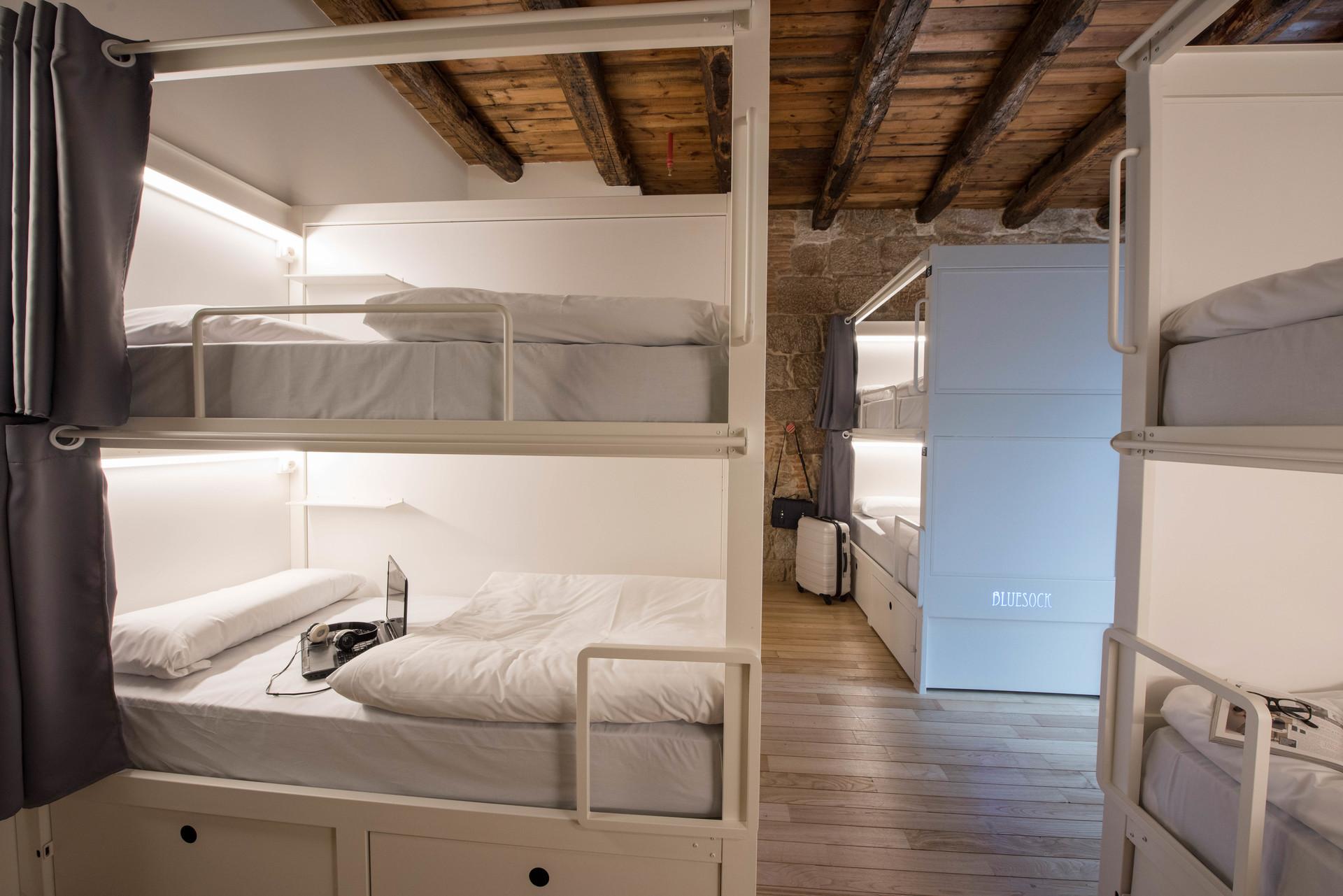 Cama individual en habitacin con literas  Alquiler habitaciones Oporto