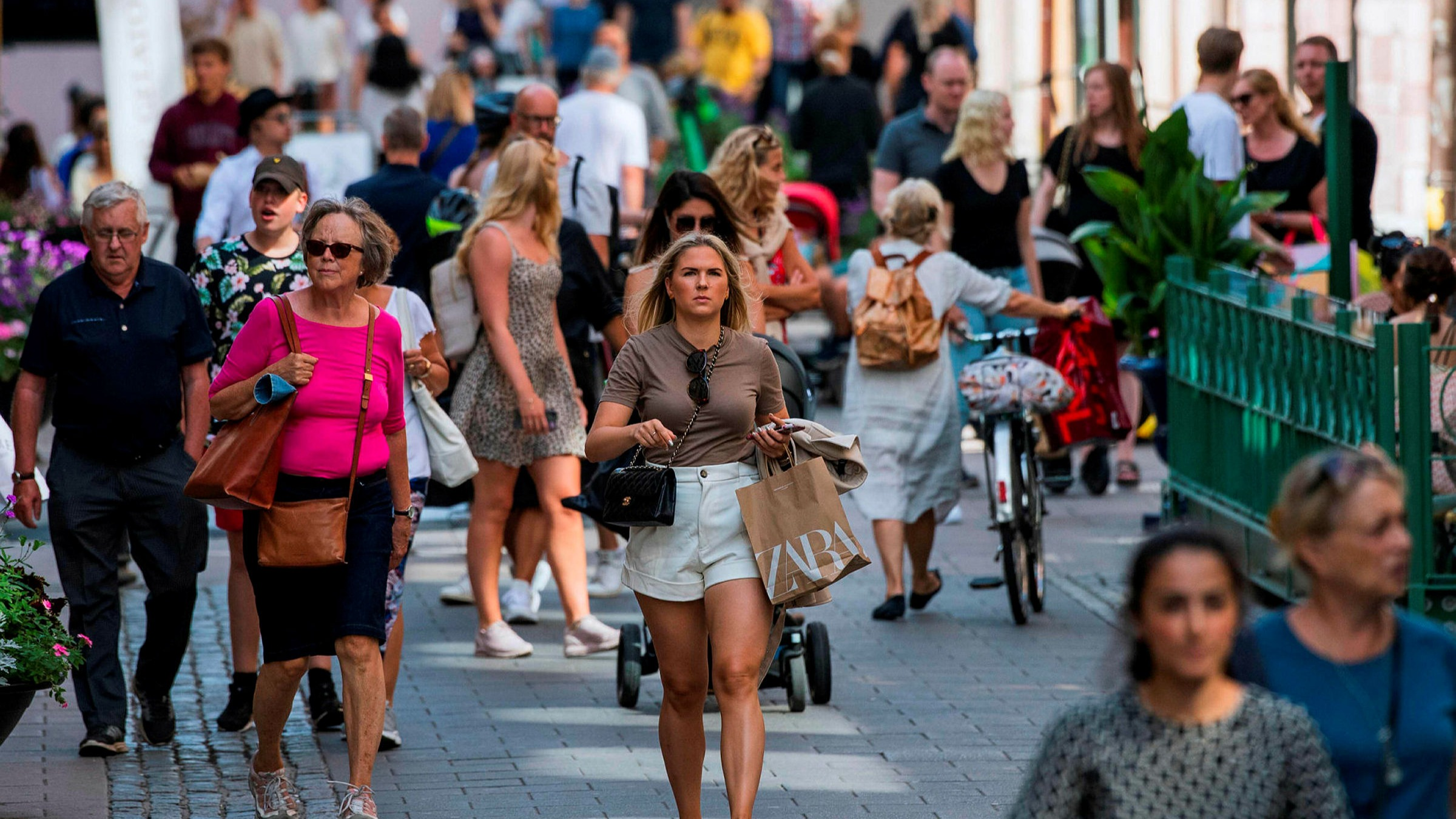 Coronavirus outlier Sweden chooses its own path on face masks | Financial  Times
