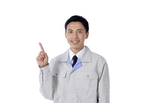 日本人 男性 おとこ 青年 社員 職員 ビジネスマン 仕事 労働 業務 ビジネス ワーク 会社 職場 工場 オフィス 事業 営業 事務 作業 制服 笑顔 指さし 人差し指 一番 ひとつ 案内 説明 ガイダンス 提案 ポイント 注目 白バック 白背景 mdjm001