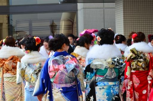 人物 着物 女性 成人式 日本人 新成人 若者 冬 1月 屋外 複数 振り袖 後ろ姿 晴れ着 ファー ストール ショール 帯 行事 儀式 風習 華やか 和風