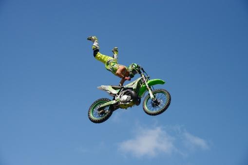 モトクロス バイク オートバイ モータースポーツ 乗り物 人物 ライダー 男性 男 日本人 日本 ジャンプ スポーツ アクロバット アクション レース 競技 イベント モトクロ 飛行 空中 飛ぶ 空 青空 晴れ 快晴 オフロード 車輪 ハンドル エンジン タイヤ ヘルメット 屋外 余白