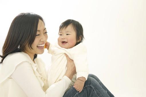 親子 母子 親 おや 母 母親 ママ マザー 子ども 子供 子 赤ちゃん 赤ん坊 乳児 幼児 ベイビー 絆 女性 女 人物 触れ合い ふれあい 室内 部屋 座る 抱っこ だっこ 抱く 日本人 mdfk007 mdjf016