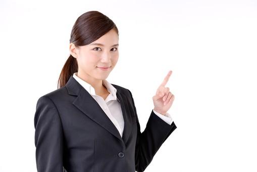 人物 日本人 女性 若い 若者 20代 スーツ 就職活動 就活 就活生 社会人 OL ビジネス 新社会人 新入社員 フレッシュマン 面接 真面目 清楚 屋内 白バック 白背景 上半身 指差し 指さす 上 ポイント 案内 説明 注目 ビジネスマン mdjf007