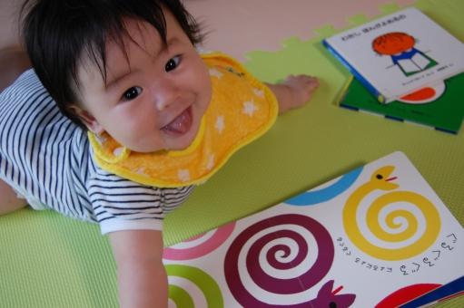赤ちゃん 赤ん坊 子供 子ども こども ベイビー べビー 乳幼児 乳児 腹這い うつ伏せ はいはい ハイハイ ずりばい ずりバイ 絵本 えほん 絵 鮮やか 視覚 教育 教え 遊び 遊ぶ ジョイントマット 楽しい 読み聞かせ 音読 めくる 読む 読書 笑顔 笑み 笑う 育児 子育て