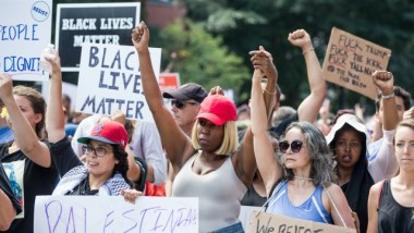 Thousands of counter-protesters descend onBoston