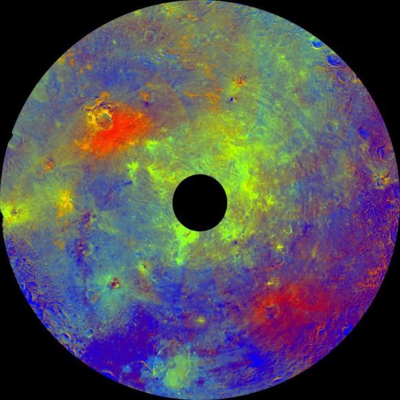"""'Paleta de colores del arco iris """"del hemisferio sur de Vesta Asteroid Dawn de la NASA Orbiter.  Este mosaico utilizando los datos de color obtenidos por la cámara de encuadre a bordo de la nave espacial Dawn de la NASA muestra hemisferio sur de Vesta en falso color, centrada en la cuenca de impacto Rheasilvia, alrededor de 290 millas (467 kilómetros) de diámetro, con un montículo central llegando a cerca de 14 millas (23 kilómetros) de altura.  El agujero negro en el centro son los datos que se han omitido debido al ángulo entre el Sol, Vesta y la nave.  Las zonas verdes sugieren la presencia de la piroxeno mineral rico en hierro o partículas de gran tamaño.  Este mosaico fue montado con imágenes obtenidas durante la aproximación de Dawn a Vesta, con una resolución de 480 metros por pixel.  El Centro Aeroespacial Alemán y el Instituto Max Planck para la Investigación del Sistema Solar siempre que el instrumento Cámara Framing y financiación que los socios internacionales en el equipo de la misión.  Crédito: NASA / JPL-Caltech / UCLA / MPS / DLR / IDA"""