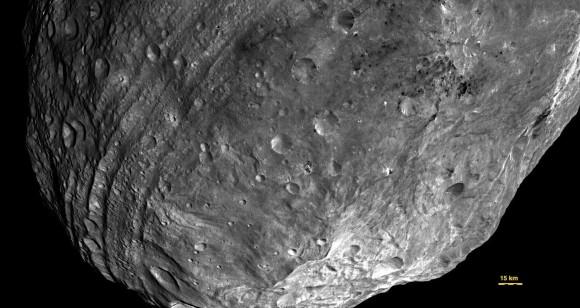 Dawn imagen de Vesta mostrando sus ranuras circunferenciales casi ecuatoriales (NASA / JPL-Caltech / UCLA / MPS / DLR / IDA)