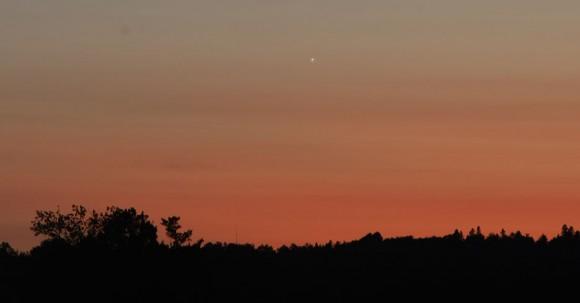 Venus puntúa coloridas nubes bajas en el oeste, en agosto de 2008.  Crédito: Bob King