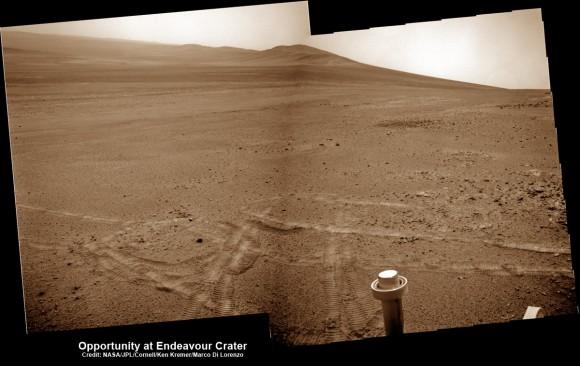 Oportunidad aparece un 'caballito' el 15 de mayo de 2013 (Sol 3308) y luego hizo historia al conducir más a la montaña por delante en el día siguiente, 16 de mayo (Sol 3309), para establecer un nuevo registro de conducir estadounidense para un vehículo en otro mundo.  Este mosaico NavCam muestra la vista con interés de Opportunity futuros destinos de Solander Point y Cape Tribulation a lo largo del borde largo del enorme cráter Endeavour que abarca 14 millas (22 km) de diámetro.  Crédito: NASA / JPL / Cornell / Kenneth Kremer / Marco Di Lorenzo.