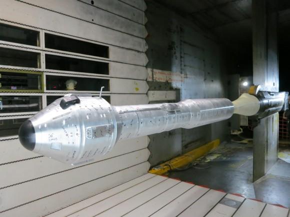 Se muestra aquí es el integrado cápsula CST-100 tripulantes y Atlas modelo lanzador V del Centro de Investigación Ames de la NASA.  El modelo es un modelo de 7 por ciento de la CST-100 naves Boeing, inicie adaptador de vehículo y vehículo de lanzamiento.  Crédito: Boeing