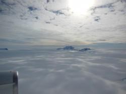 Sólo los consejos de muchas de las montañas de la Antártida es visible por encima de miles de metros de hielo.  (Octubre 2012 IceBridge Fotografía:. NASA / Christy Hansen)