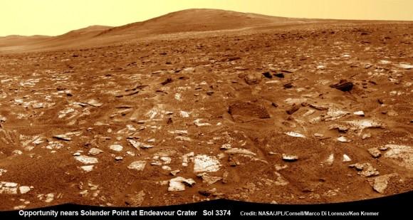 Vista del rover Opportunity desde muy cerca de las estribaciones de Solander Point mirando a lo largo del borde y la vasta extensión del cráter Endeavour.  Solander Point es la primera oportunidad de montaña marciana de la NASA subirá y los rovers próximo destino.  Solander punto puede albergar minerales indicativos de un entorno habitable de Marte el pasado arcilla.  Este mosaico NavCam fue montado a partir de imágenes RAW tomadas en Sol 3374 (21 de julio de 2013).  Crédito: NASA / JPL / Cornell / Marco Di Lorenzo / Ken Kremer (kenkremer.com) Ver mosaico panorámica completa por debajo de